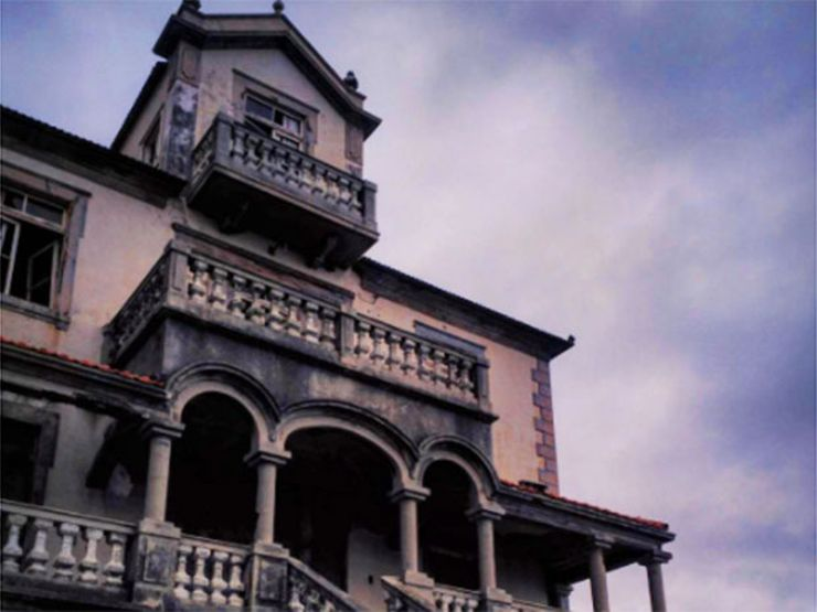 16 Instagram Photos Of Gorgeous Haunted Houses