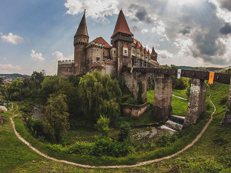 This Creepy Romanian Castle May Have Once Held Vlad the Impaler (a.k.a. Dracula) Prisoner