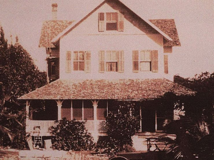 The Creepy History of Florida's Riddle House