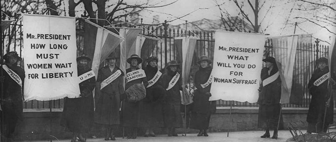Women picket outside the White House in support the 19th Amendment